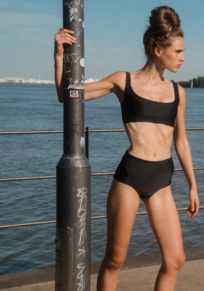 Sporty bikini top black combined with vintage high waist bottoms